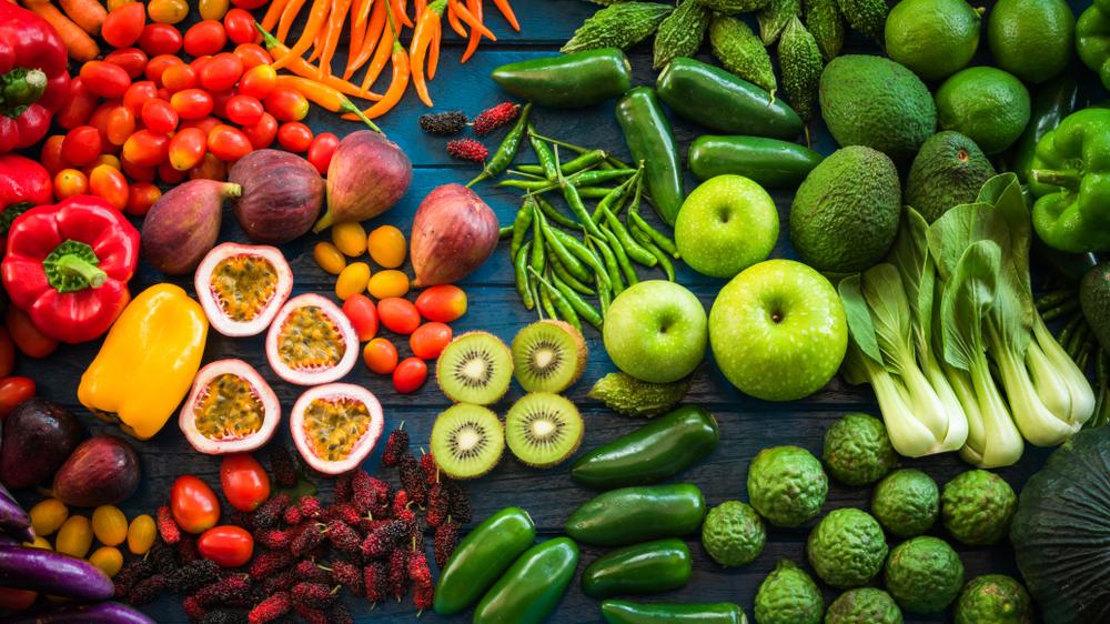 https://www.shutterstock.com/de/image-photo/flat-lay-fresh-fruits-vegetables-background-793959790