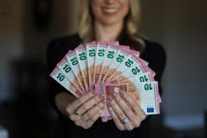 Mit einem Kredit lässt sich kurzfristig freies Kapital mobilisieren, sofern die Voraussetzungen dafür erfüllt sind.